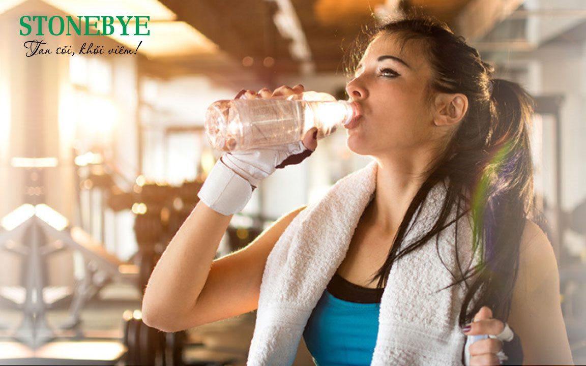 Nên uống đủ nước mỗi ngày để phòng tránh bị sỏi tiết niệu